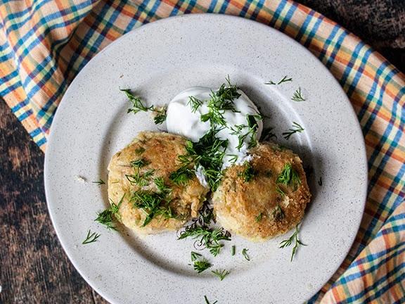 Рыбные котлеты с картофелем и зеленым горошком