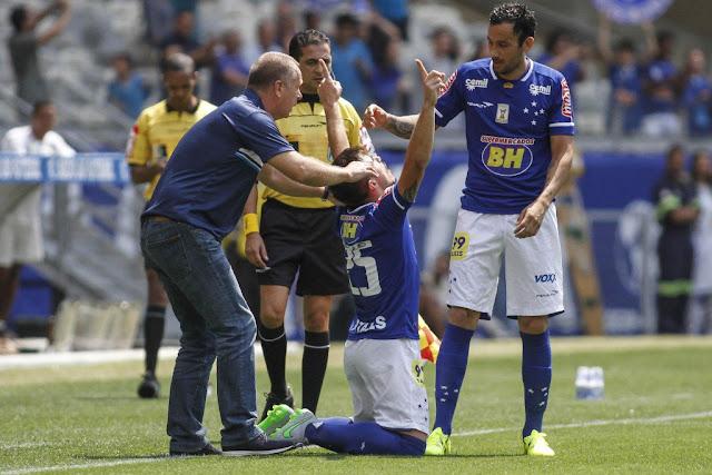 Willian marcou quatro gols contra o Figueirense e garantiu a vitória na estreia de Mano Menezes