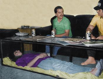 suami jadikan mayat isteri sebagai hiasan meja kopi