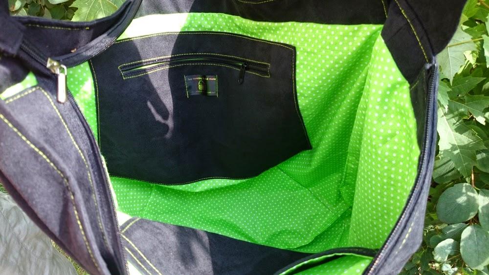 Przedstawiona torba wykonana jest z eco zamszu w kolorze czarnym. W środku ma wszytą podszewkę zieloną w białe groszki z kieszonką na suwak i na dokumenty. Torba ma dwa paski, jeden na stałe dość krótki a drugi dopinany dłuższy do wygodnego noszenia przez ramię.Cała torba zamykana jest na suwak.  Worek bo tak można ją też nazwać ;) jest bardzo pojemny, poręczny, nowoczesny no i bardzo oryginalny przez tą zieloną bawełnianą podszewkę.  Torba w całej okazałości  na gałęzi :)      WYMIARY:  szerokość - 50cm  wysokość - 40cm   głębokość - max 35cm