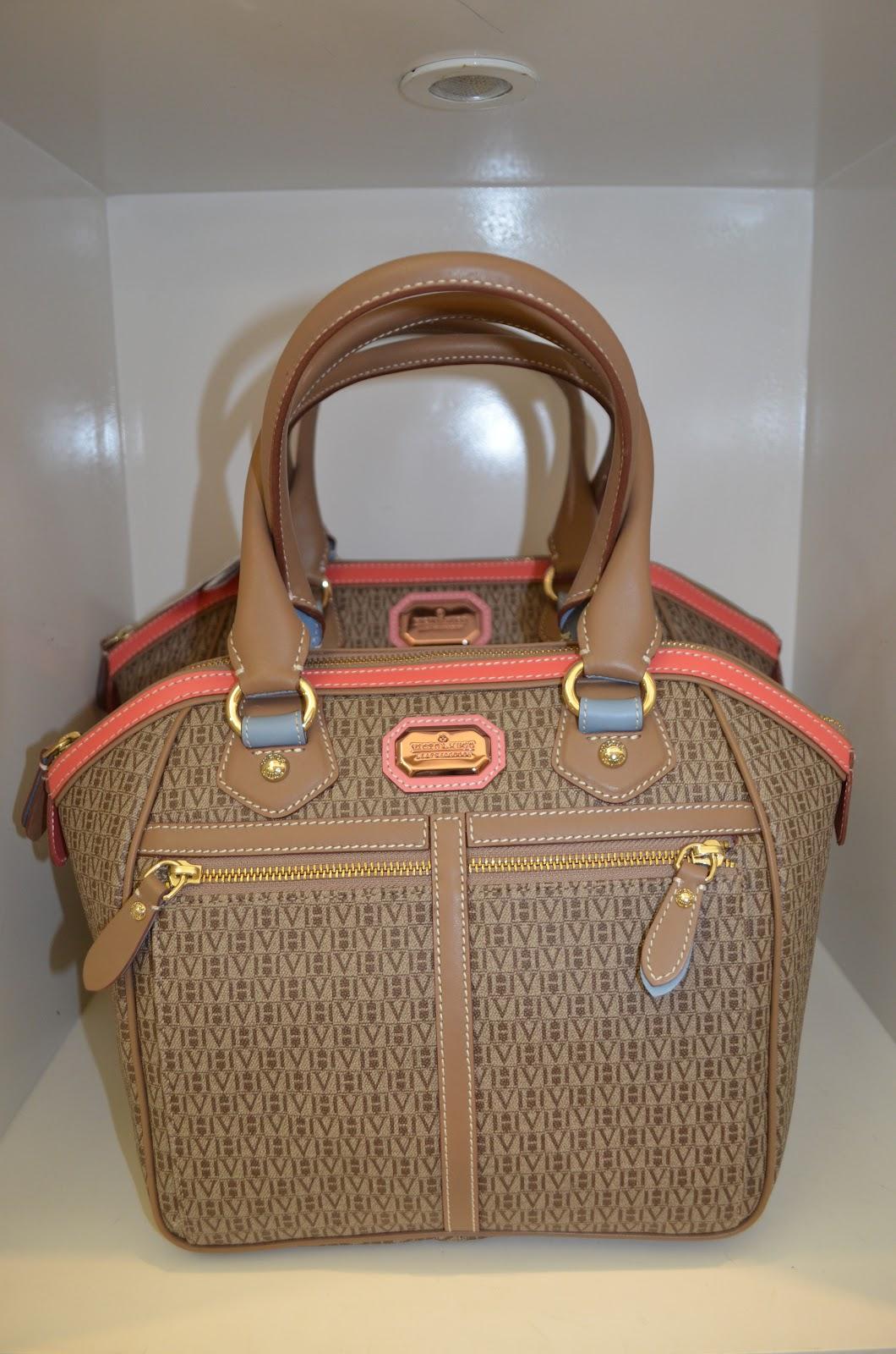 5d4c310ccabc9 Esta é a palavra mais certeira para definer a Victor Hugo de bolsas e  acessórios que gera tanto desejo de consumo nas mulheres. Também lá lenços,  chaveiros, ...