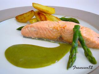 salmone cotto a bassa temperatura su salsa di asparagi e patate