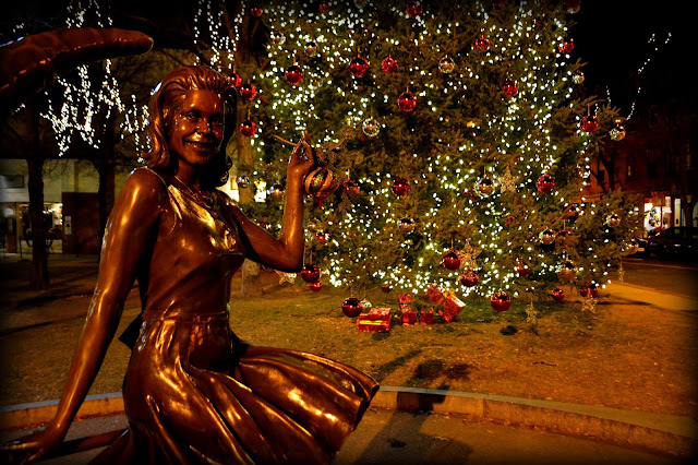 Bewitched Statue, Christmas, Salem, Massachusetts, samantha stevens, elizabeth montgomery, tree