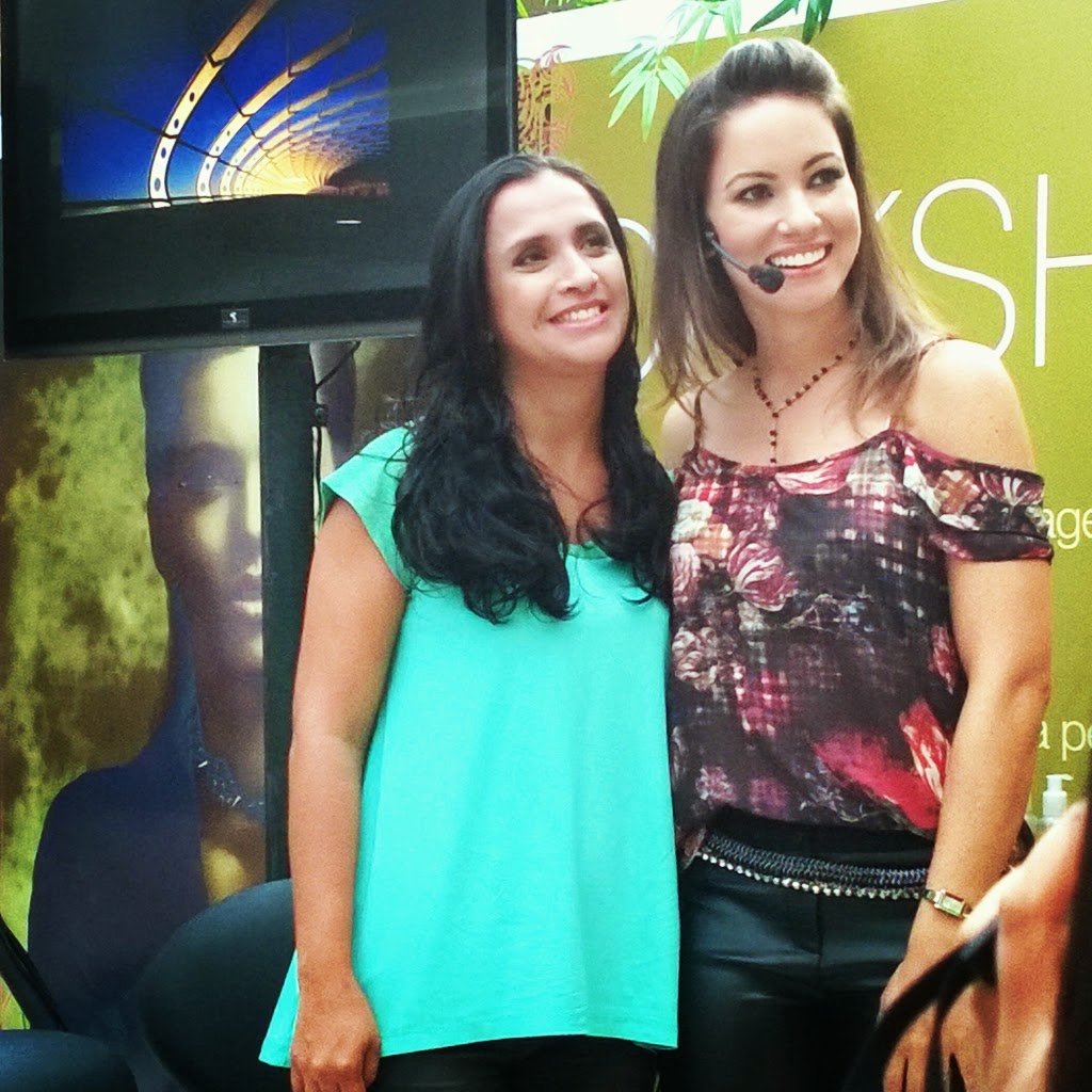 Juliana Goes e sua modelo no Fashion Day no Praimar Shopping
