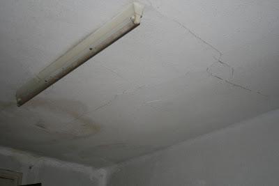 Grieta en falso techo.