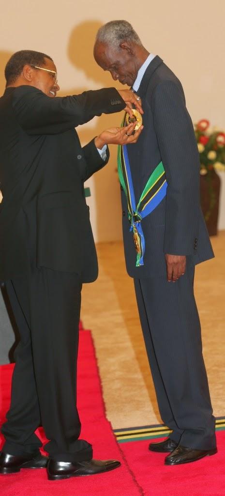 Rais Kikwete akimtunuku Nishani,  Daraja la Kwanza,  ya Kumbukumbu ya Miaka 50 ya Muungano wa Tanzania, Waziri Mkuu Mstaafu ambaye pia alikuwa Mwenyekiti Tume ya kurekebisha Katiba Mhe. Jaji Joseph Sinde Warioba wakati wa sherehe hizo zilizofanyika katika ukumbi wa mikutano, Ikulu jijini Dar es Salaam Aprili 25, 2014. (picha, maelezo: Freddy Maro, IKULU)