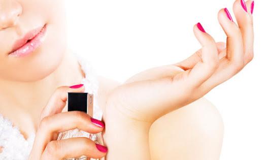 Mulher borrifando perfume