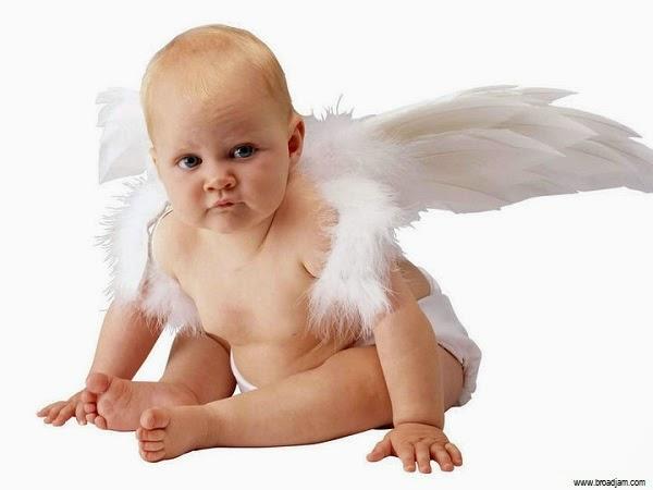 Image bébé ange avec yeux bleus