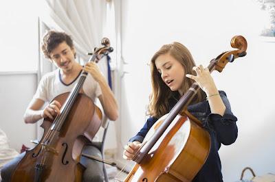Preparação de elenco: Jesuíta Barbosa e Alice Wegmann fazem aula de violoncelo. Crédito: Globo/Tata Barreto