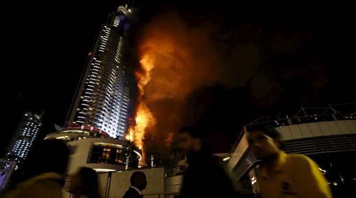 OVNI es visto sobre Dubai poco antes de que un rascacielos sea devorado por el fuego