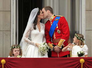 After the wedding, the newlyweds made their way to Buckingham Palace to Just as his father did with Diana, William planted his first public kiss on Kate as a married man while his subjects looked on.