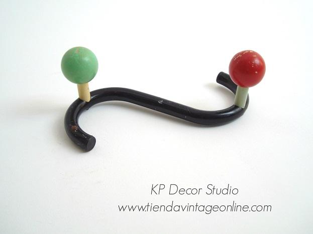 Comprar perchero vintage tipo eames con bolas de colores para habitación infantil