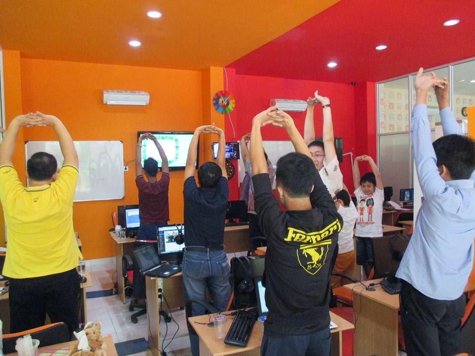 sela-sela pembelajaran DUMET School melakukan Stretching