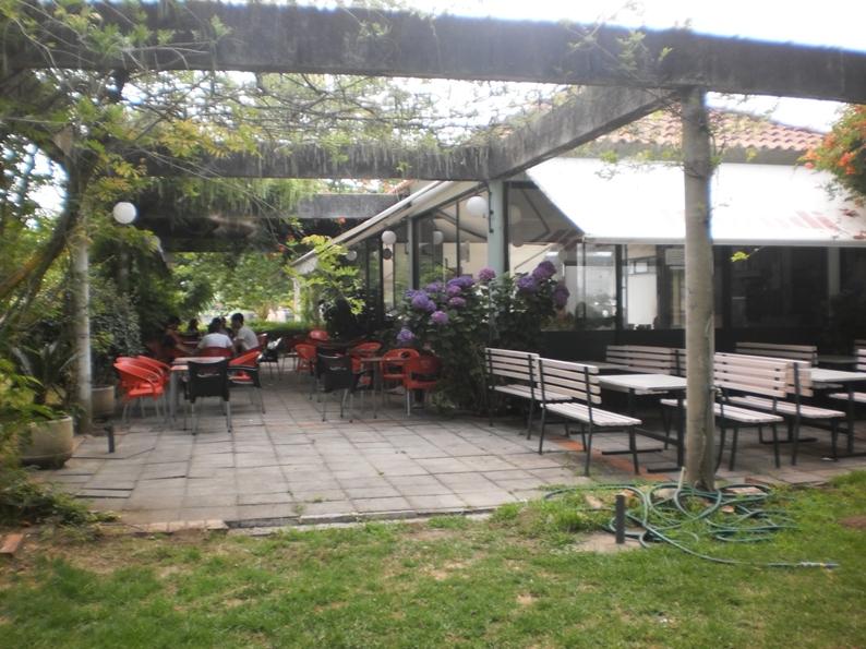 Esplanada do café da Praia Fluvial de Burgães