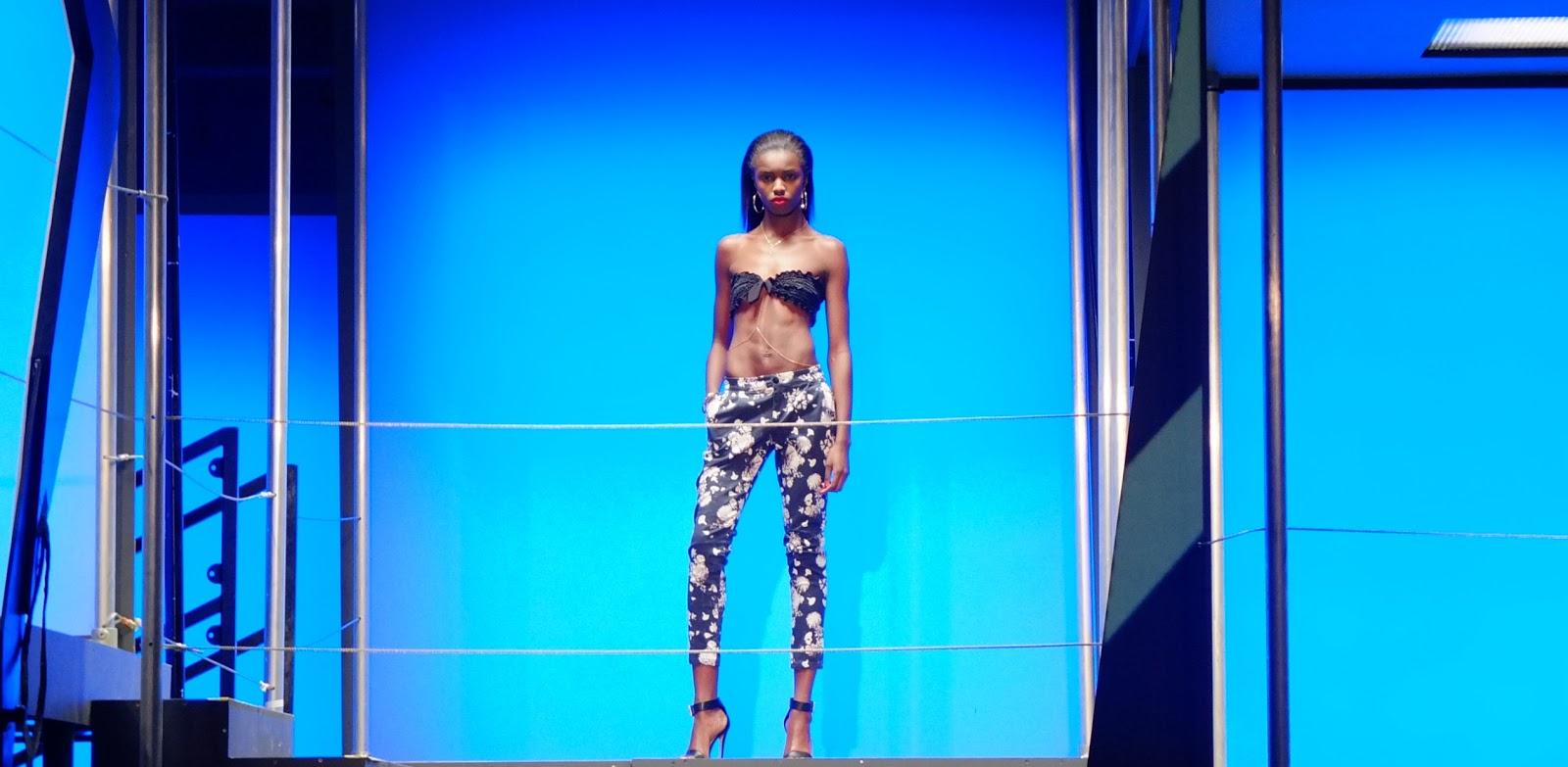 http://4.bp.blogspot.com/-3O5QR051v0U/USilazuNqcI/AAAAAAAAAYA/ZkDuLDB2-4s/s1600/Rihanna-river-island-fashion-show8.jpg