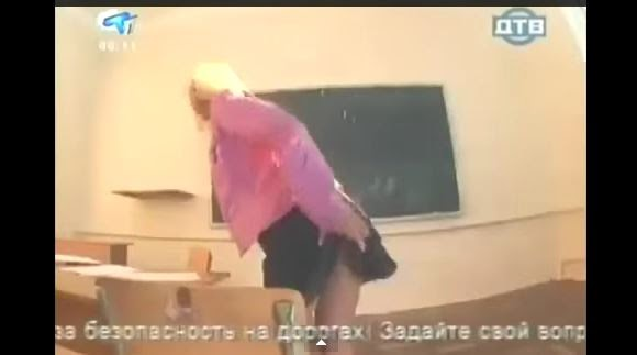 Profesora en MINI FALDA regala una Ayudita