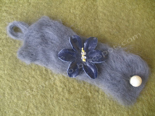 Χειροποίητο γκρι βραχιόλι από felt με μεγάλο μπλε δερμάτινο λουλούδι