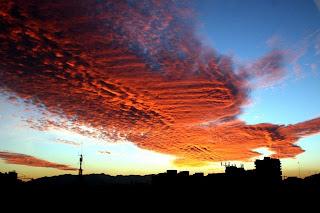 Nubes rojas en el cielo