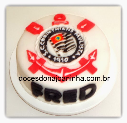 Minibolo decorado com escudo do time de futebol Corinthians