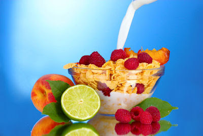 Deliciosos cereales cornflakes con frutas y leche