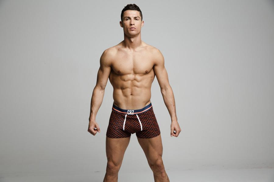 Nas fotos divulgadas, Cristiano Ronaldo mostra o corpo sarado sem retoques.  Foto: Richard Ramos