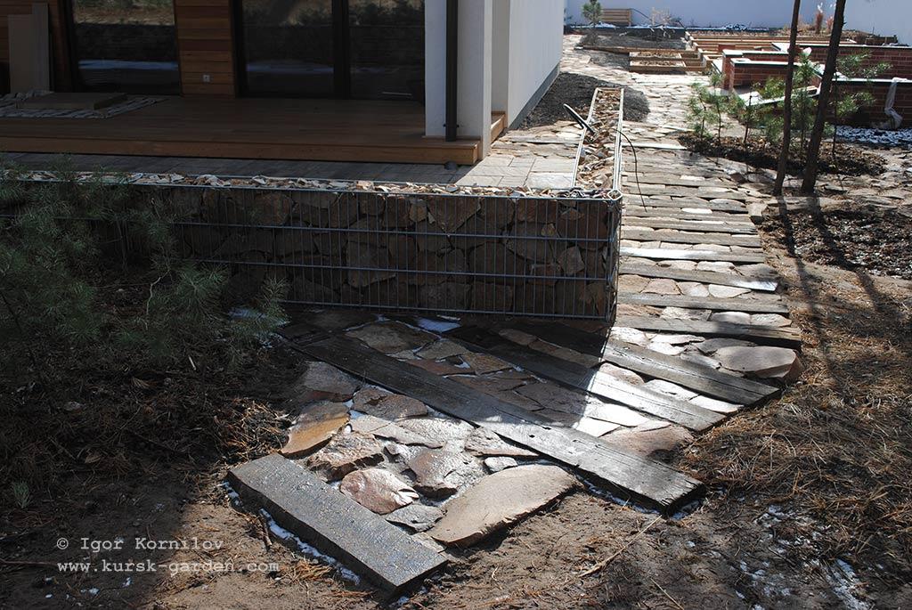 Садовая дорожка из бутового камня