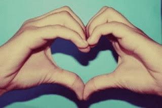 un coeur former avec les main
