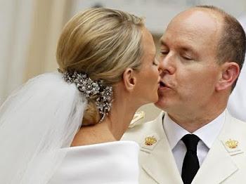 un beso que sella la unión entre Alberto de Mónaco y Charlene