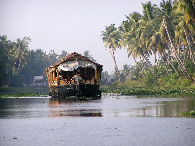 корабль в узком канале реки