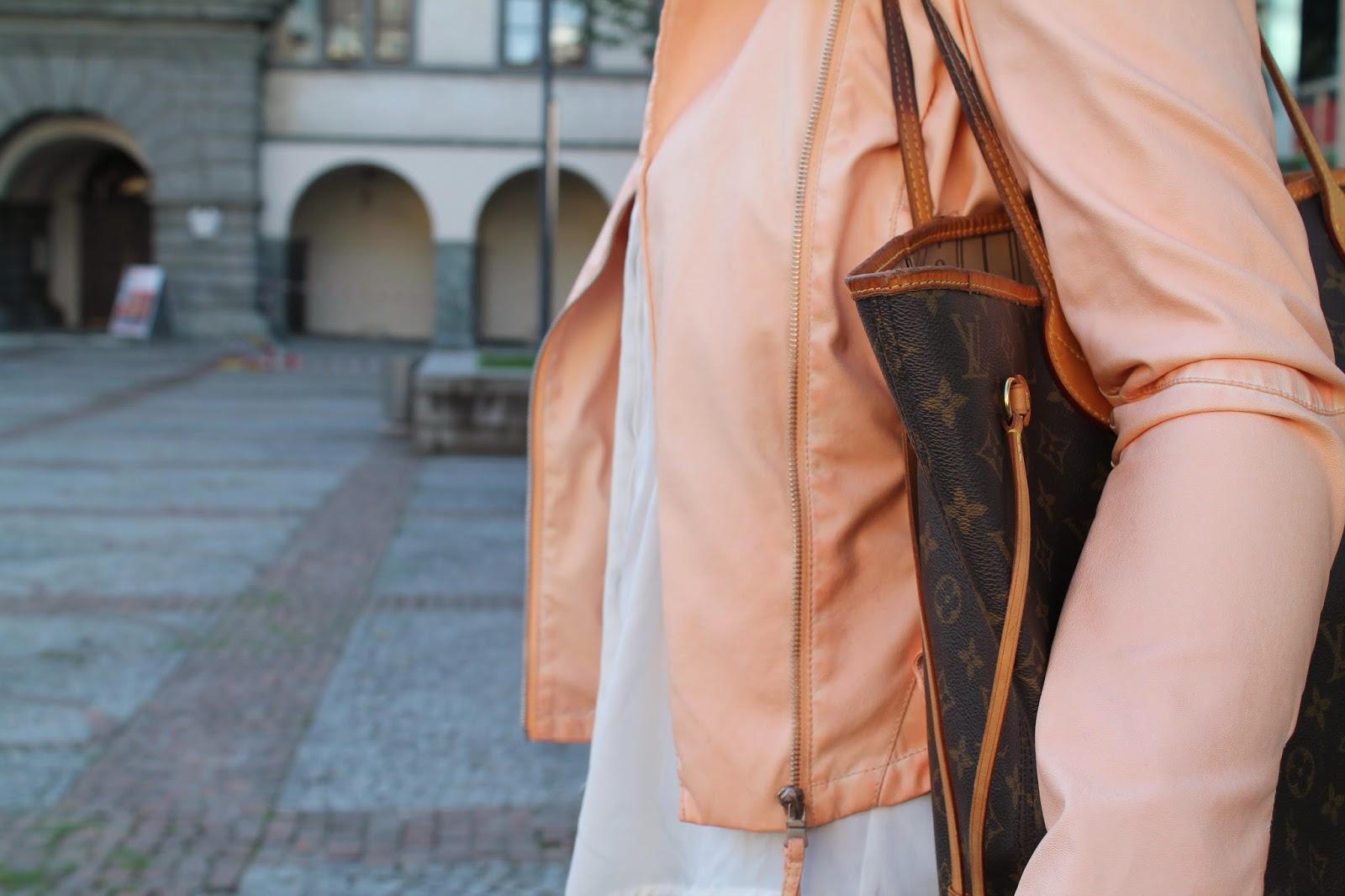 Fashionblogger Austria / Österreich / Deutsch / German / Kärnten / Carinthia / Klagenfurt / Köttmannsdorf / Spring Look / Classy / Edgy / Summer / Summer Style 2014 / Summer Look / Fashionista Look / Apricot Jacket / Peach Leather Jacket / Levis Jeans / Louis Vuitton Neverfull MC / Zara Statement Necklace /