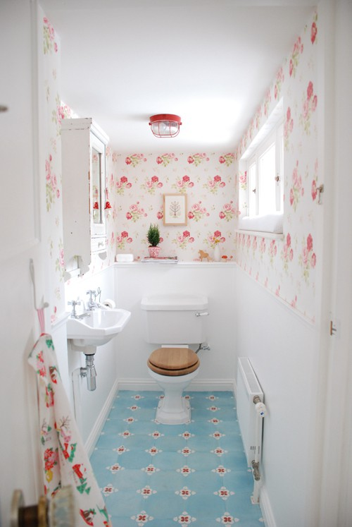 Baños Estilo Cottage:Red and Aqua Bathroom