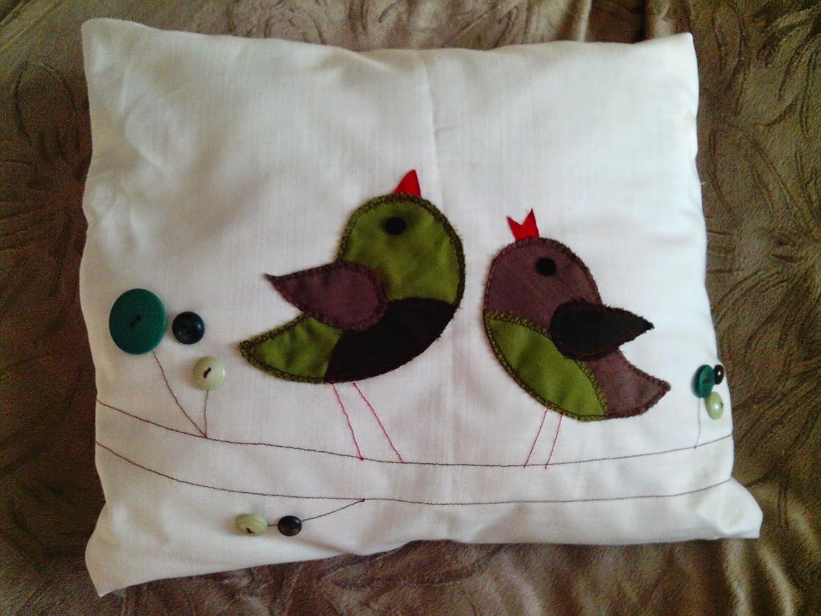 kreativrebell zwei kissen mit vogelmotiven. Black Bedroom Furniture Sets. Home Design Ideas