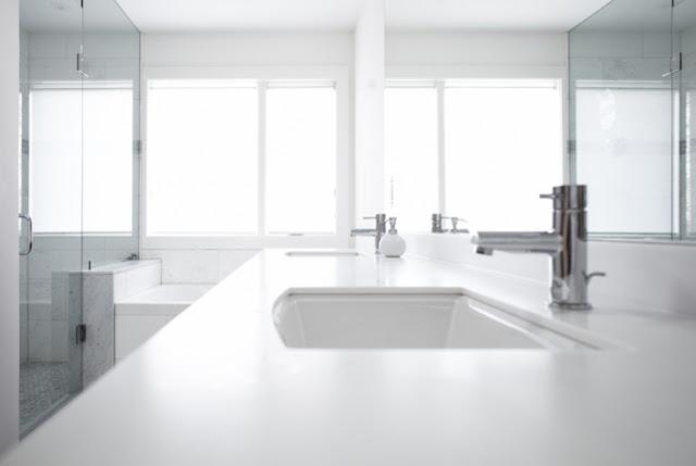 Ванная комната с белым дизайном в красивом доме