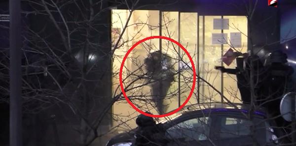 Tremendo asalto de la policia francesa al supermercado donde se refugiaba el terrorista