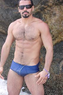 Este cara é o estilo macho maduro, pernas grossas, peitoral bem