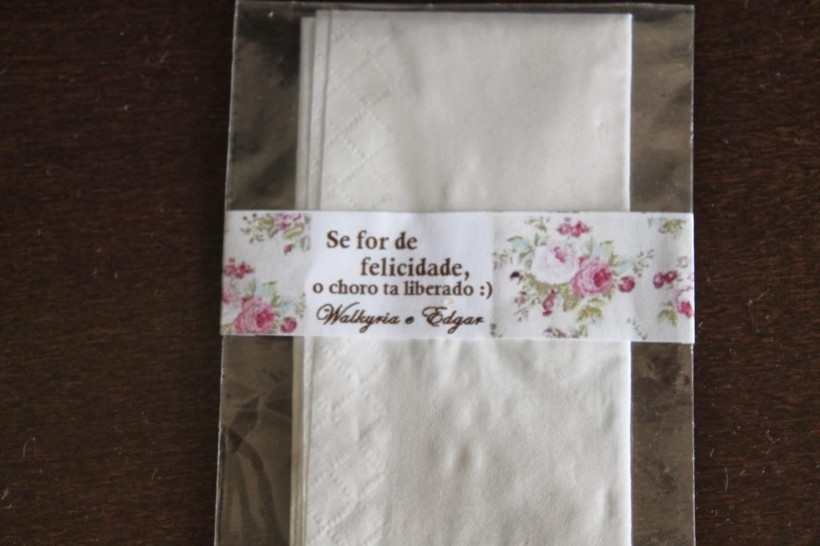 de alegria dos convidados lencinhos em cada banco da igreja #30221B 1600x1066