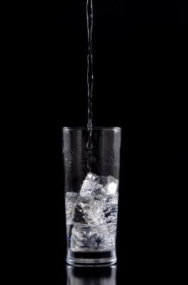 Enfría el agua o échale cubitos de hielo