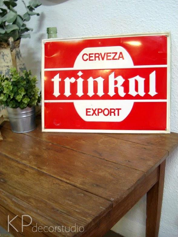 Decorar con carteles publicitarios antiguos. Carteles de cerveza antiguos para decorar. Tienda vintage de carteles antiguos en valencia.