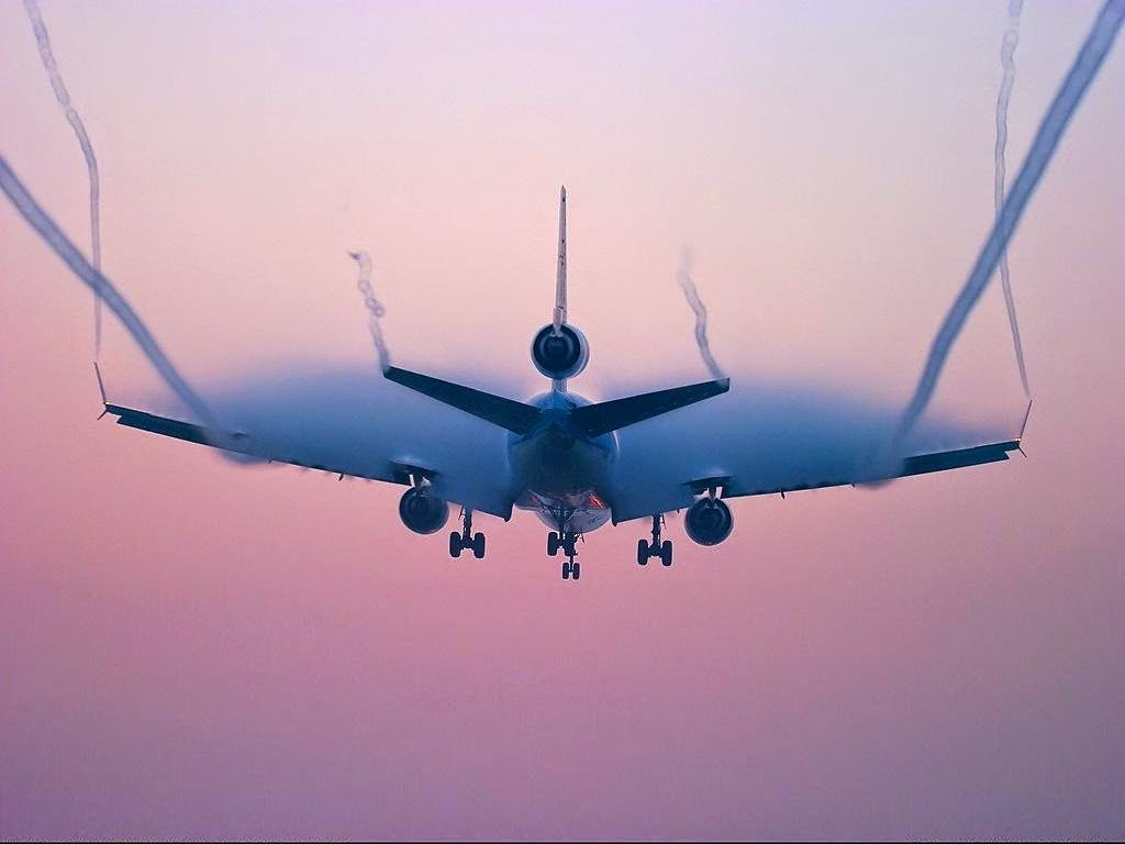 Esteles de vapor que deixa un avió.