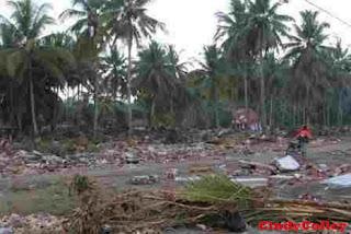 Gempa bumi dan tsunami pangandaran 2006 yang sempat heboh menjadi sejarah menarik dari pantai pangandaran saat ini !!
