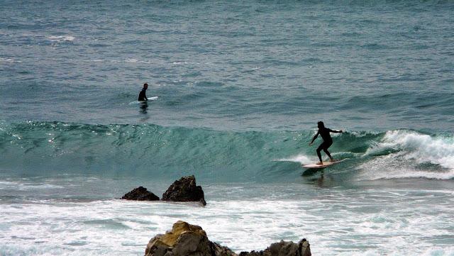 rocas sopelana surfista