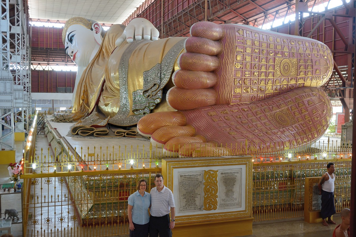 Tom and Margot in front of the reclining Buddha at Chaukhtatgyi Pagoda