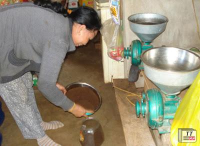 Không ai ngờ cà phê bột ở Ðắk Lắk lại chứa không bao nhiêu cà phê. (Hình: Báo Thanh Niên)