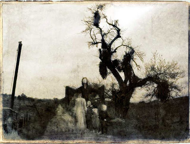 foto antigua de familia junto a arbol