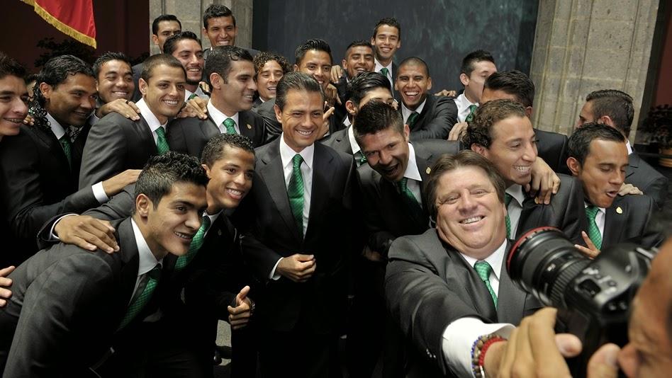 La Seleccion Mexicana de Futbol en la residencia oficial de los Pinos, con el Presidente de Mexico Enrique Peña Nieto. Abanderamiento del Tricolor rumbo a la Copa Mundial de Brasil 2104 | Ximinia