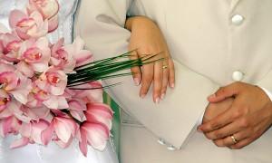 """Un estudio sueco asegura que las personas que se unen en matrimonio son menos aptas físicamente que aquellas solteras o divorciadas. Los expertos sugirieron que los que contraen enlace """"tienden a abandonarse un poco"""". Tras seguir a unos 8.900 adultos durante varios años, los autores hallaron que los hombres y las mujeres que se casaron tendieron a perder aptitud cardiovascular, según test en cintas para caminar. En cambio, los hombres que se divorciaron durante el estudio mejoraron sus niveles de capacidad física. Los resultados, publicados en American Journal of Epidemiology, no prueban que el cambio de estado civil modifique directamente"""