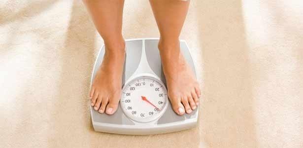 Perder o peso durante uma semana o aparelho de musculação