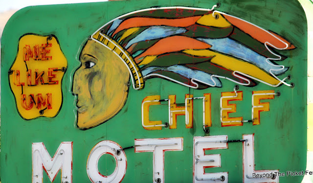 vintage sign,motel sign, neon sign, small town, http://bec4-beyondthepicketfence.blogspot.com/2015/10/small-town-thrifting.html