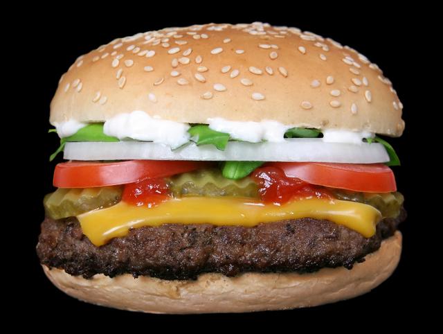 Biscoitos industrializados, refrigerantes e fast food são exemplos de alimentos ultra-processados