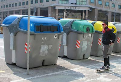 Contenedores de recogida selectiva de la basura en Barcelona. Cada color para un tipo de residuo.